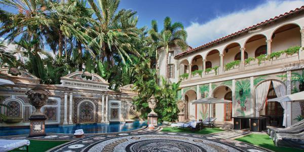 La maison de Versace et sa piscine de 180 mé, ornée de 24 carats... !