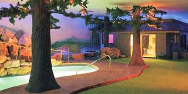 Le bunker possède un jardin souterrain, une piscine, un barbecue, et contient bien évidemment chambres, cuisine et salon.