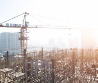 Alors que les ventes de logements neufs déclinent, Henry Buzy-Cazaux, président fondateur de l'Institut du Management des Services Immobiliers, tire la sonnette d'alarme et appelle les pouvoirs publics